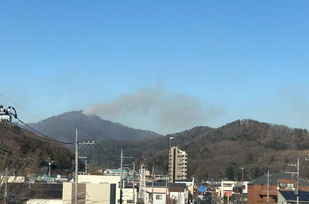 足利市内から見た山林火災の写真