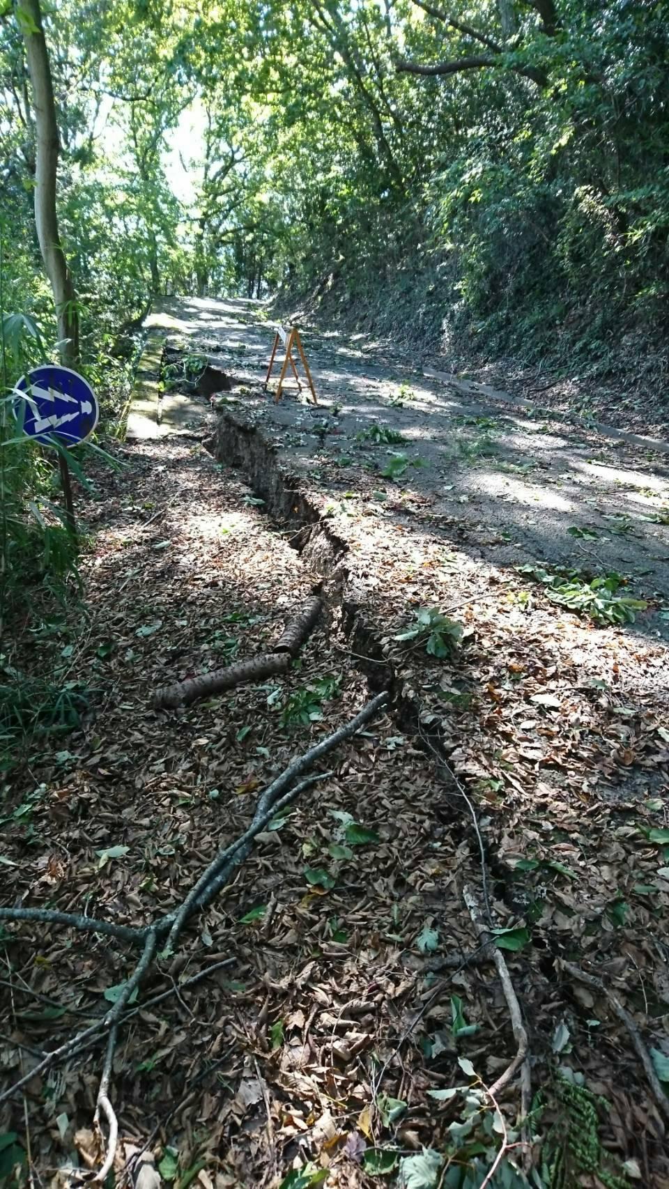 西公園途中道路崩落