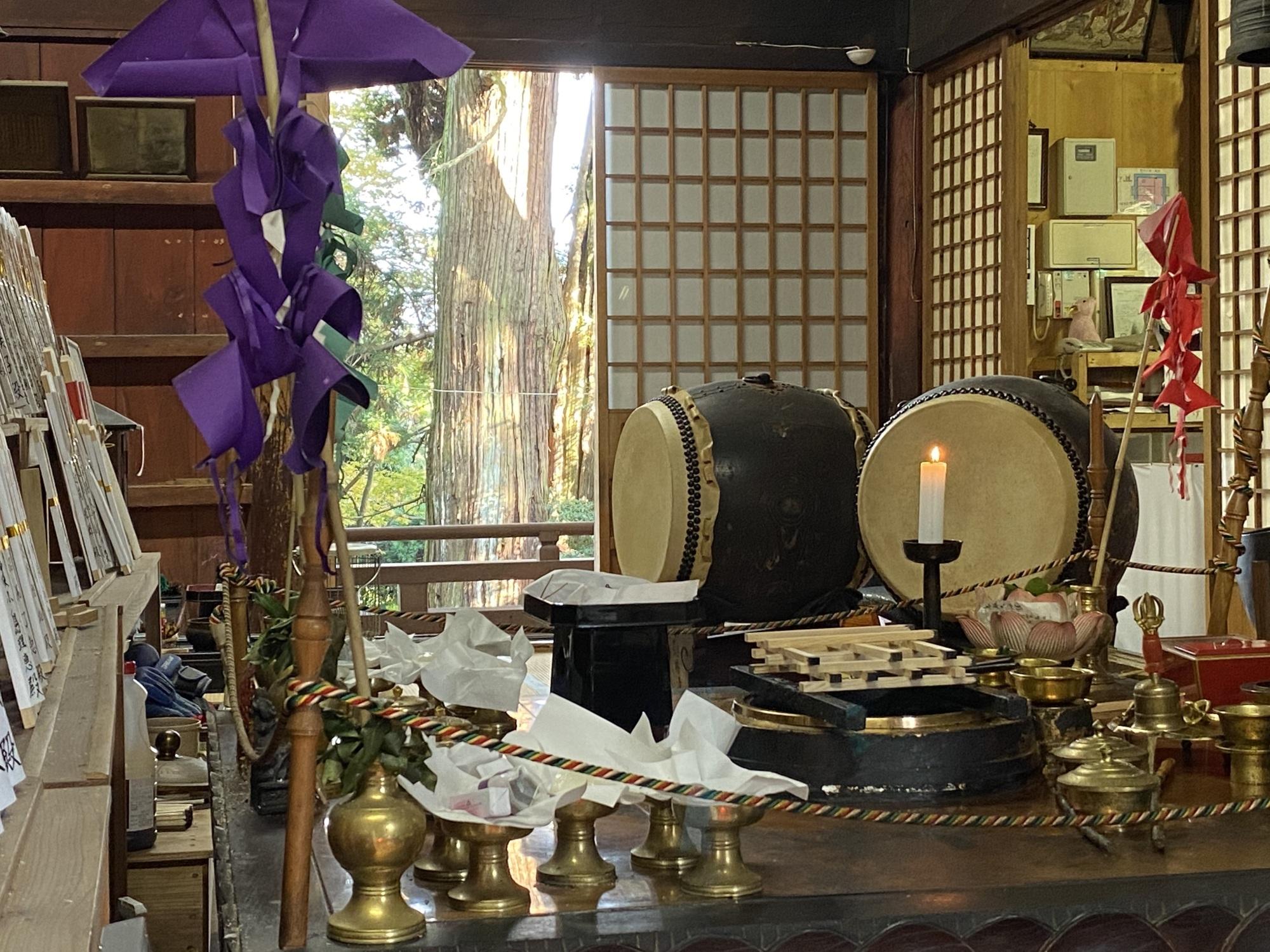 大岩山毘沙門天本堂内の護摩壇。窓の外には御神木の杉。
