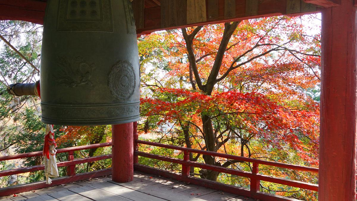 大岩山毘沙門天本堂鐘楼の紅葉時期の拡大写真