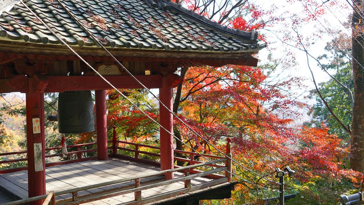大岩山毘沙門天境内の鐘楼付近の紅葉風景写真
